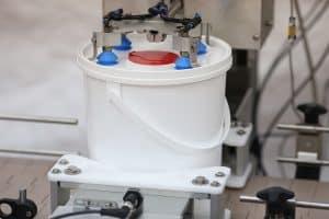 Bucket lid top conveyor